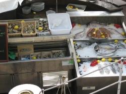 Wolfsbarsche, Doraden, Seezungen, Langusten, verschiedene Austern, Muscheln, Meeresschnecken